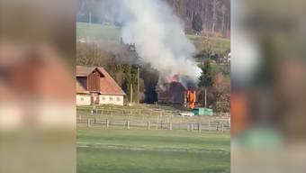 Brand in Bauernhaus: Person kann sich retten, zwei Hunde sterben