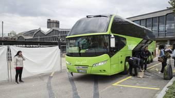 Ein Bus der Kette Meinfernbus Flixbus hält beim Bahnhof SBB in Basel.