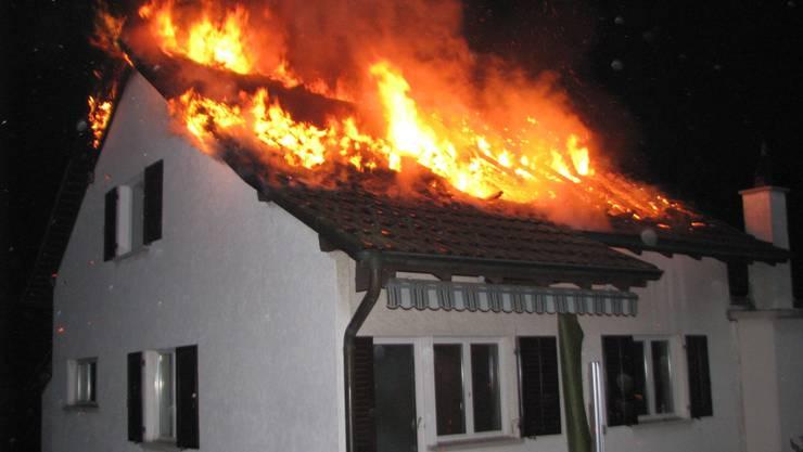 Die Bergdietiker Feuerwehr war bis 5 Uhr morgens im Einsatz. Der Sachschaden wird auf 200 000 Franken geschätzt.  Kantonspolizei Aargau