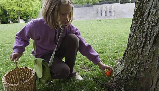Wer vor dem Frühstück noch ein wenig Bewegung braucht, kann die bunt bemalten Ostereier auch zuerst im Garten (oder in der Wohnung) verstecken und dann die anderen auf die Suche schicken.