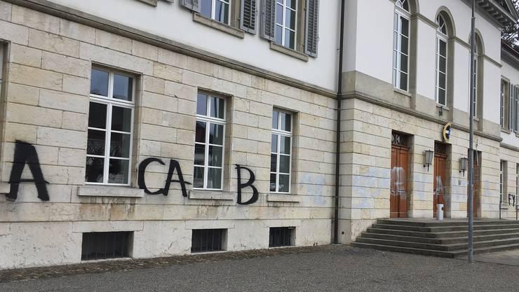 Linke Aktivisten haben sich am Aargauer Grossratsgebäude zu schaffen gemacht.