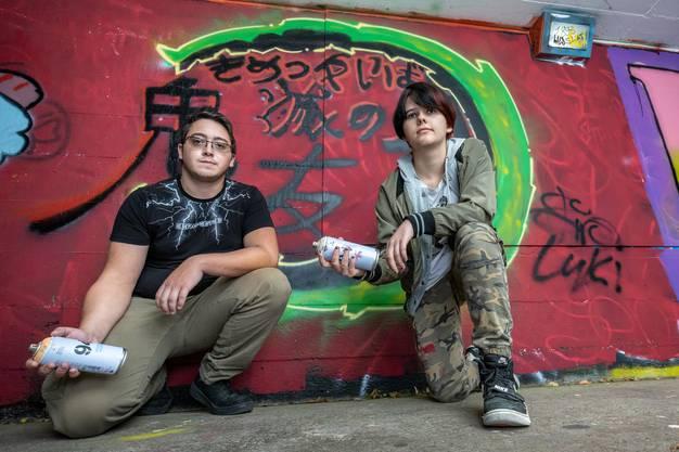 Lukas und Brian vor ihrem fertiggestellten Graffito.