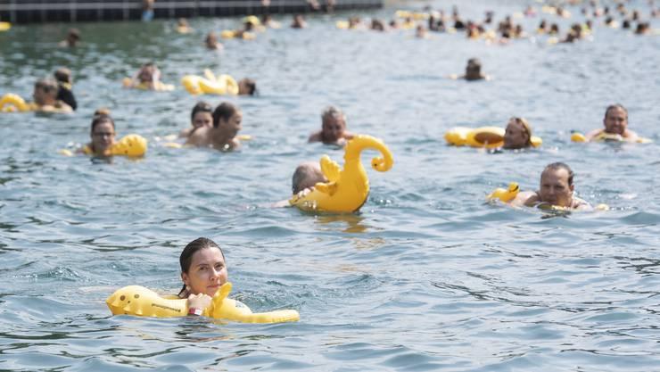 4500 Teilnehmerinnen und Teilnehmer waren am diesjährigen Limmatschwimmen dabei. Der grosse Andrang sorgte bei den Veranstaltern aber nicht nur für Freude. So verkauften einige ihre Billette für bis zu 150 Franken weiter, was für die Organisatoren ein Ärgernis gewesen sei.