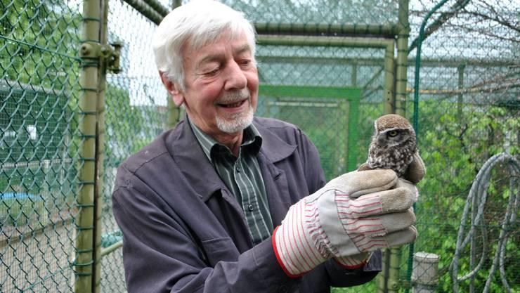 Marcel Läderach, Leiter der Vogelstation Möhlin, kümmert sich um junge und verletzte Vögel – wie diesen Steinkauz.