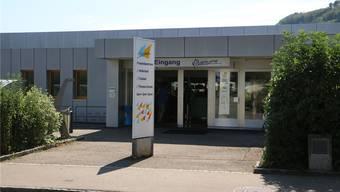 Der Eingang des «Vitamare Freizeitzentrums» soll Richtung Kies-Parkplatz verlegt werden.dka