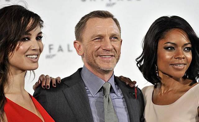 Bond-Darsteller Daniel Craig mit den Bond-Girls Berenice Marlohe (l.) und Naomie Harris
