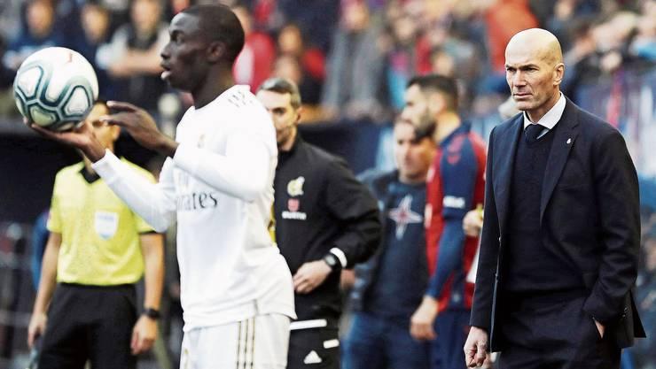 Real-Trainer Zinédine Zidane steht in Madrid stark in der Kritik.