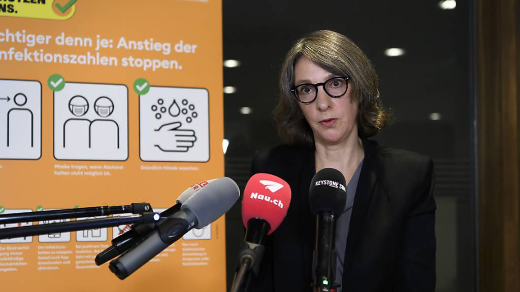 Die neue BAG-Direktorin Anne Lévy äussert sich vor den Medien besorgt über die epidemiologische Lage. Im Hintergrund das neu gestaltete Kampagnen-Plakat.