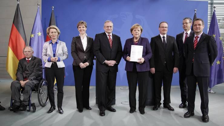 Er hat das Ohr von Angela Merkel. Als Wirtschaftsweiser berät Lars Feld die deutsche Regierung. Hier mit Wolfgang Schäuble, Ursula von der Leyen, Claudia M. Buch, Christoph M. Schmidt, Angela Merkel (v. l.).