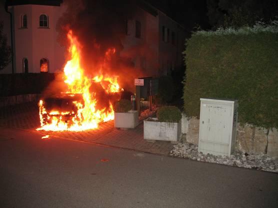 Das Auto wurde in Unterlunkhofen an einer Abzweigung in Brand gesetzt