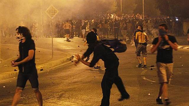 Demonstranten liefern sich Scharmützel mit Sicherheitskräften in Nikosia