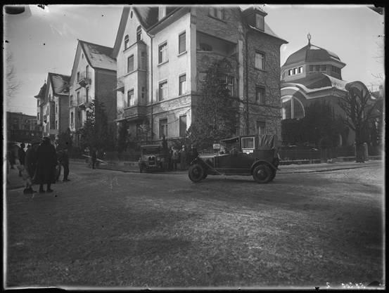 Vor dem Kino Radium gab es 1929 einen Autounfall. Im Hintergrund die Synagoge.
