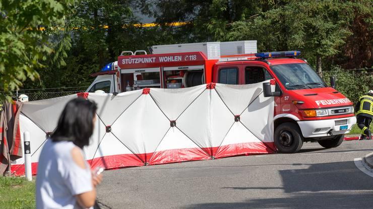 Ein 56-jähriger Velofahrer ist noch auf der Unfallstelle verstorben.