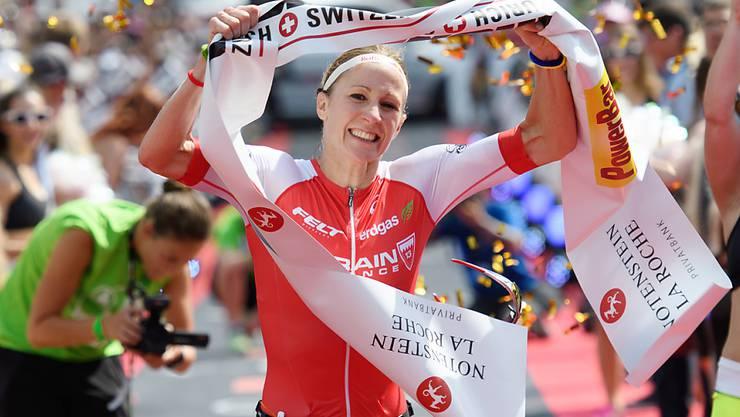 Gewohntes Bild: Daniela Ryf hält am Ende eines Ironman das Zielband in die Höhe