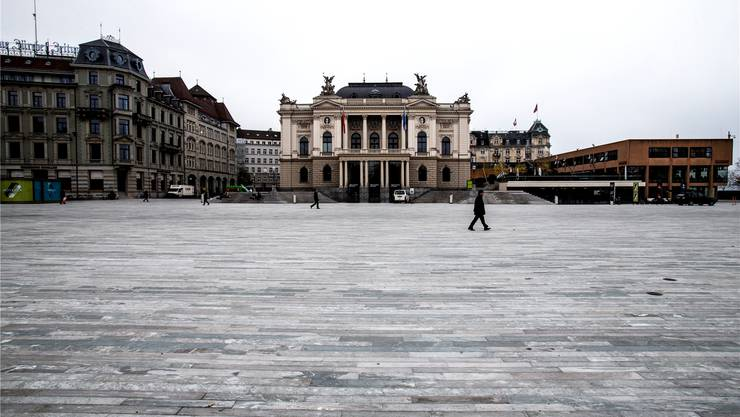 Der neu gestaltete Sechseläutenplatz vor dem Opernhaus in Zürich.
