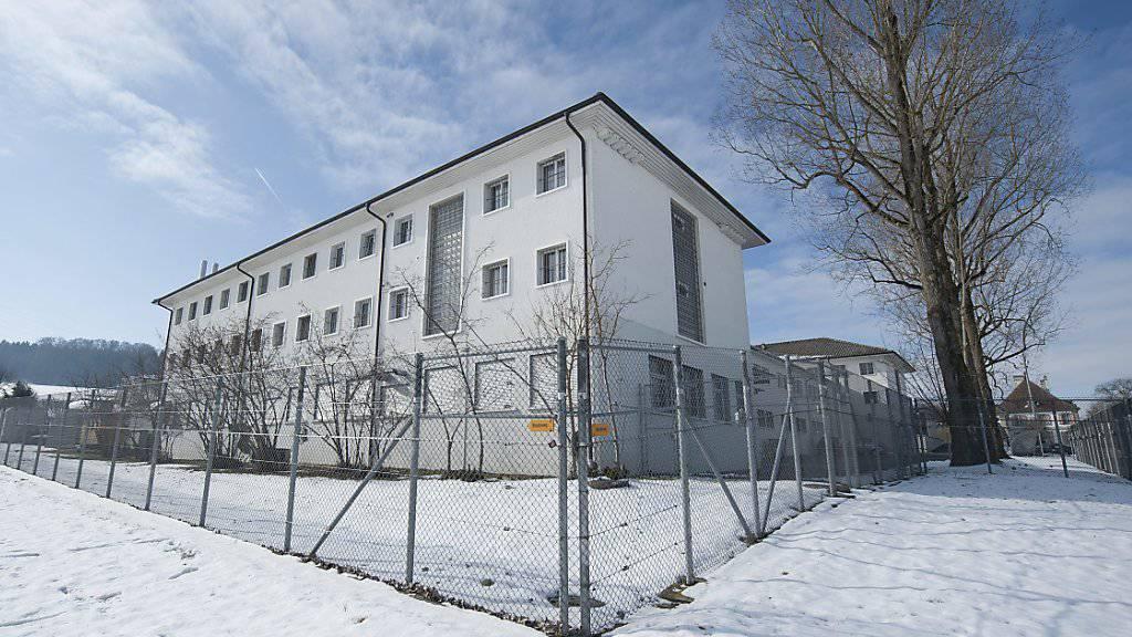 Am Dienstagabend ist einer Insassin die Flucht aus dem Frauengefängnis Hindelbank im Kanton Bern gelungen. Die Frau sei nicht gefährlich, teilte die Direktorin der Justizvollzug mit.