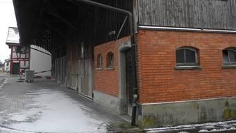 Die Gemeindescheune an der Dorfstrasse müsste dem neuen Verwaltungsgebäude weichen.