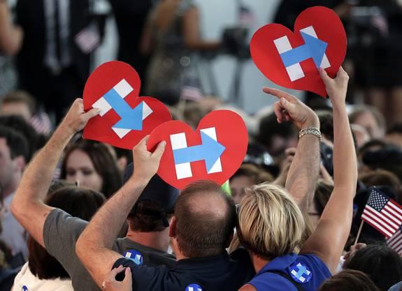 Ihre Fans jubeln Hillary Clinton zu.