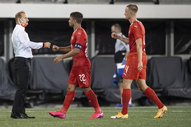 Haben eine gute Ausgangslage: Das Schweizer Nationalteam mit Trainer Mauro Lustrinelli, Captain Kevin Rüegg und Innenverteidier Jasper van der Werff (von links).