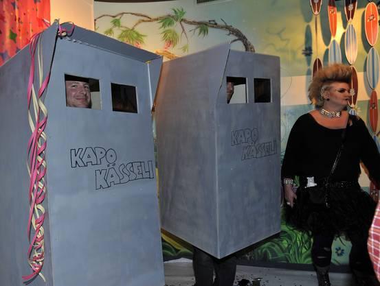 Das Kapo-Kässeli, das mit Polaroid-Kamera Fotos schoss, wurde als bestes Kostüm auserkoren. Somit konnten sie den traditionellen Preis, ein Spanferkel, mit nach Hause nehmen.