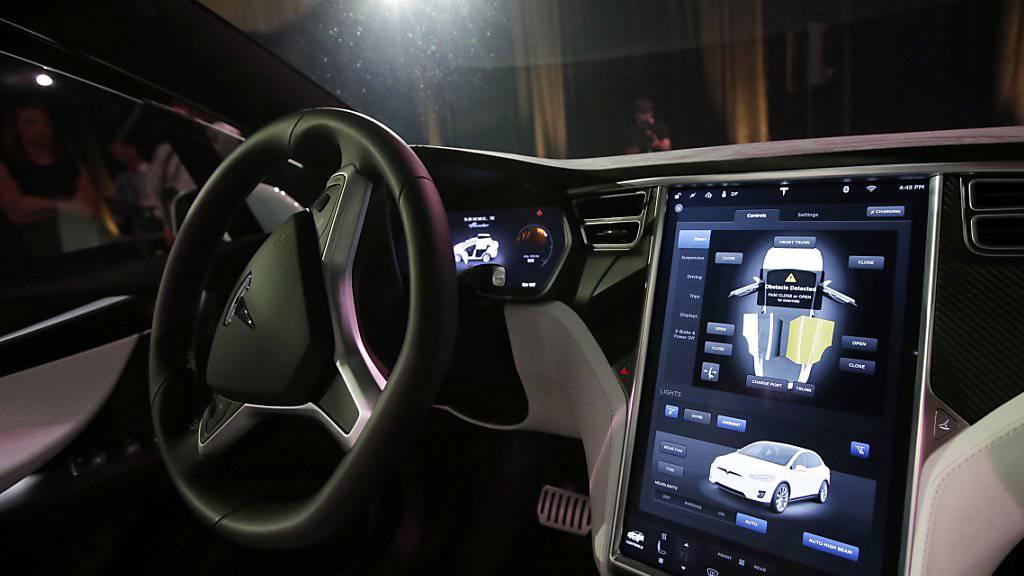 Das Innere eines Tesla Model X: Der Elektroauto-Pionier meldet einen deutlichen Anstieg seiner Autoauslieferung. (Archivbild)