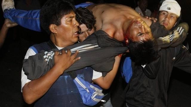 Ein Mann wird weggetragen, der bei den Zusammenstössen zwischen Anwohnern und Obdachlosen verletzt wurde