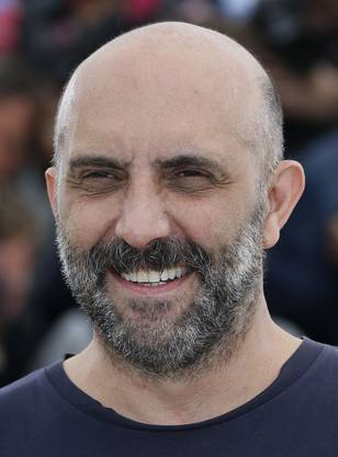 Der Regisseur ist in Buenos Aires, Argentinien, zur Welt gekommen und zog imAlter von 12 Jahren mit der Familie nach Frankreich. Mit seinen provokativenFilmen spaltete er immer wieder Filmkritiker wie Publikum.