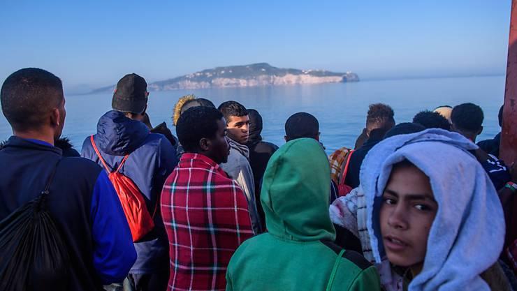 """Flüchtlinge aus dem Mittelmeer auf dem Rettungsschiff """"Aquarius"""". Dieses durfte am Sonntag nicht in Malta anlegen."""