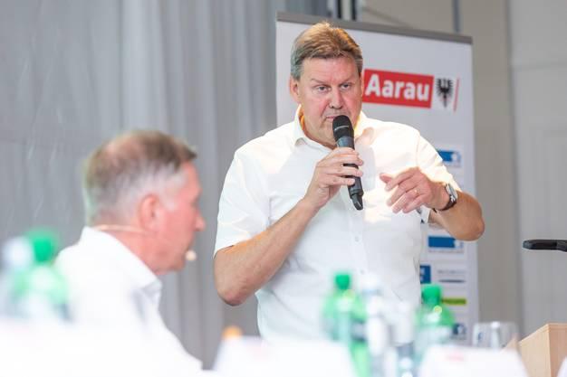 Vizepräsident Roger Geissberger spricht, links daneben Präsident Alfred Schmid.