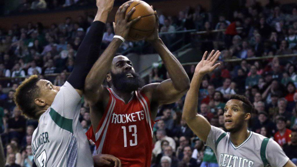 Houstons James Harden (Mitte) war massgeblich daran beteiligt, dass die Boston Celtics erstmals seit Anfang Jahr wieder zuhause verloren