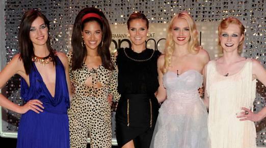 Die vier glücklichen Finalistinnen Luise, Lovelyn, Sabrina und Maike (v.l.n.r) - in der Mitte Heidi Klum.