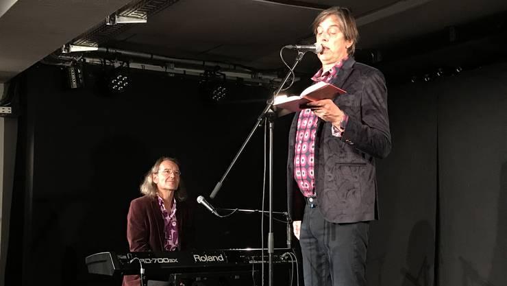 """Der Autor Pedro Lenz liest im Dietiker Kulturlokal """"Gleis 21"""", musikalisch begleitet von Christian Brantschen."""