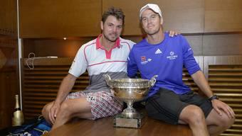 Wawrinka posiert zusammen mit seinem Trainer Magnus Norman mit dem Pokal.