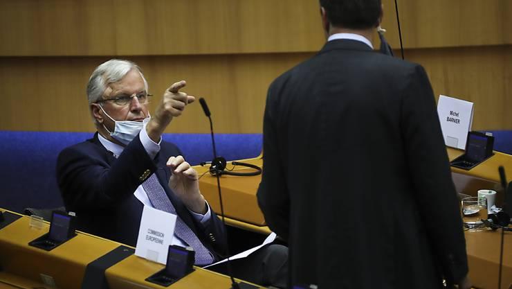 Michel Barnier (l), Chefunterhändler der Europäischen Union für den Brexit, spricht während einer Plenarsitzung im Europäischen Parlament mit David McAllister (CDU), EU-Parlamentarier und CDU-Brexit-Experte. Foto: Francisco Seco/AP/dpa