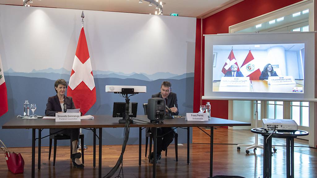 Bundespräsidentin Simonetta Sommaruga verfolgt neben Botschafter Franz Perrez die Unterzeichnung von Perus Umweltministerin Kirla Echegaray Alfaro des Klimaabkommen Schweiz-Peru.