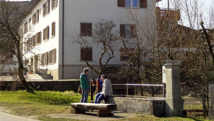 Isabella Carlone (links) vor dem Mehrfamilienhaus mit dem markierten Standort für eine Mobilfunkantenne an der Eigasse wehrt sich: «Eine solche Antenne mitten im Dorf, im Wohngebiet von Schupfart, das geht gar nicht.»