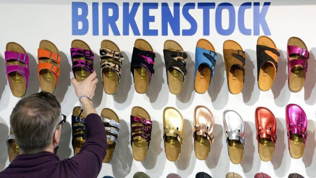 Birkenstock geht eigene Wege. Nach zahlreichen Fällen von Produktepiraterie wird der Verkauf auf Amazon in den USA gestoppt.