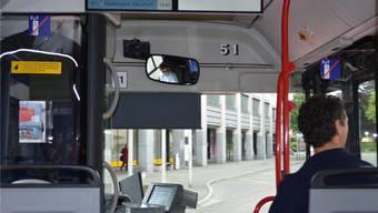 Unterwegs in einem der vielen BOGG-Busse in Olten: Links und rechts sind Kleber angebracht, die eine klare Botschaft ausdrücken.