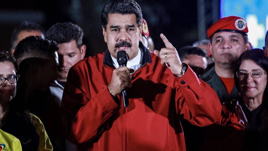 Venezuelas sozialistischer Präsident Nicolás Maduro feiert das Resultat der Wahl zu einer Verfassungsgebenden Versammlung. Die heftig umstrittene Wahl wurde von mindestens zehn Todesfällen und heftigen Protesten überschattet.