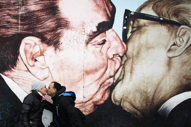 Der vielleicht berühmteste Kuss in der Politgeschichte: Der «Bruderkuss» zwischen Honecker und Breschnew an der Berliner Mauer.