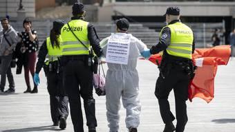 Die Polizei führt einen Demonstranten ab, der auf dem Sechseläutenplatz in Zürich gegen das Corona-Regime protestiert hat.