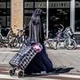 Eine verschleierte Frau in Rotterdam.