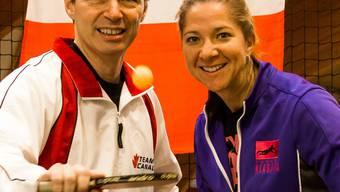 Dany Lessard und Kathy Carter vor der kanadischen Flagge im Sportcenter Vitis in Schlieren. fba