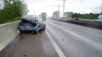 Drei der fünf Insassen des Personenwagens, zwei Erwachsene und ein Kind, wurden leicht bis mittelschwer verletzt.