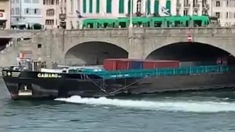 Ein Schiff rammte am Donnerstagabend, 18. Juli 2019, in Basel erst die Mittlere Brücke, dann die Johanniterbrücke. Der Rhein war zu diesem Zeitpunkt stark frequentiert. Personenschäden seien keine bekannt, sagte Polizeisprecher Toprak Yerguz noch am selben Abend. Das havarierte Schiff konnte nur noch per Bugstrahler bewegt werden.