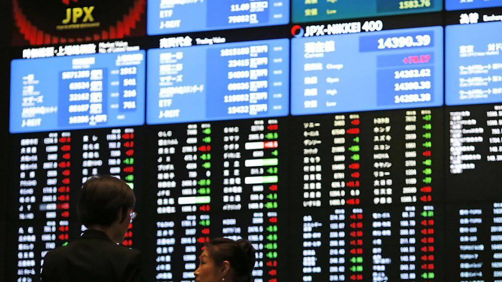 Die Börse in Tokio beginnt die Woche mit deutlichen Verlusten: Der Nikkei-Index sank bis zur Handelsmitte um fast 2,5 Prozent. (Archivbild)