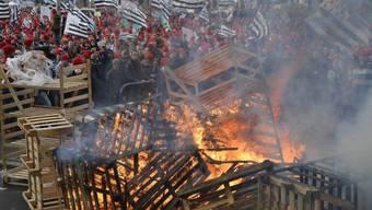 Wütende Menschen demonstrieren in Quimper