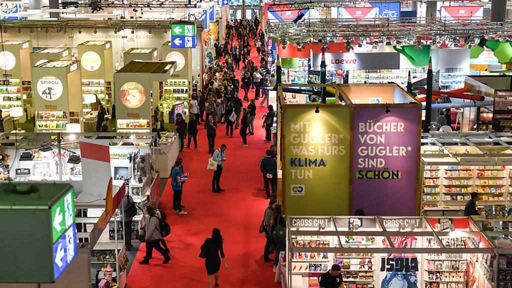ARCHIV - Blick über eine Ausstellungshalle der Frankfurter Buchmesse. Foto: Jens Kalaene/dpa-Zentralbild/dpa Foto: Jens Kalaene/dpa-Zentralbild/dpa