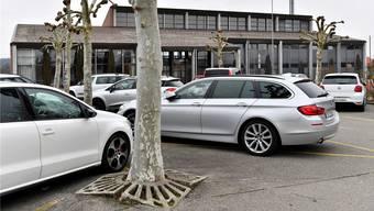 Enge Parkplätze und Wurzelschäden — vor der Mehrzweckhalle Wolfwil soll sich bald etwas ändern.