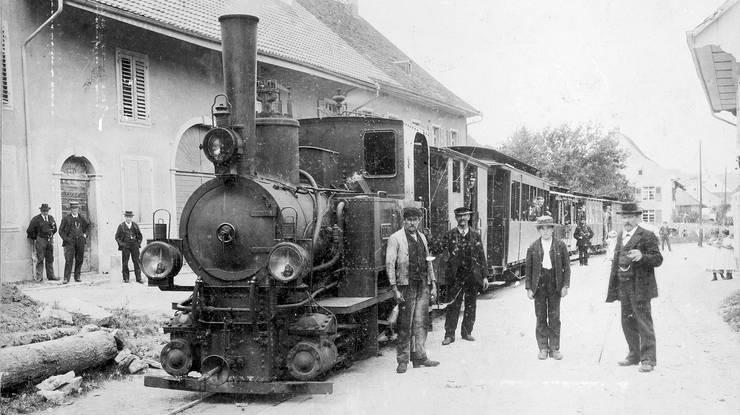 Die Lokomotive Nr. 3 «Dubs» hält mit Zug in Oberdorf (um 1900).